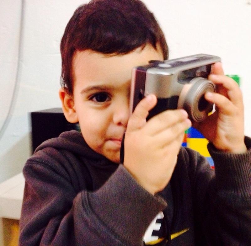 niño con cámara de foto