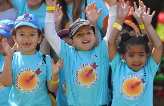 niños con los brazos levantados