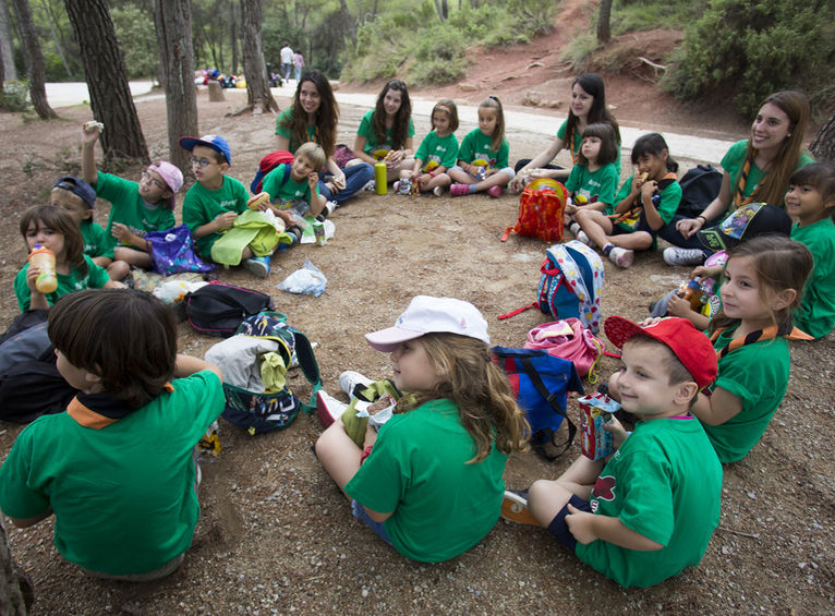 niños de excursión sentados en circulo