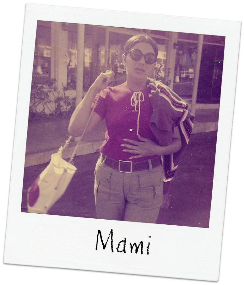 mujer con gafas y bolso vintatge
