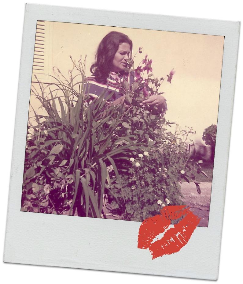 mujer mirando flores