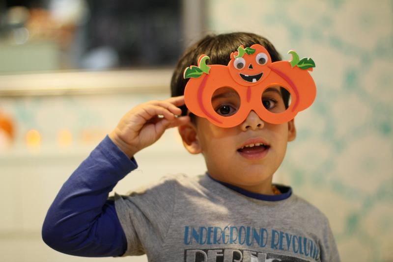 niño con gafas de calabaza
