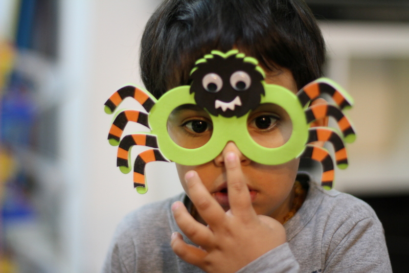 niño gafas araña